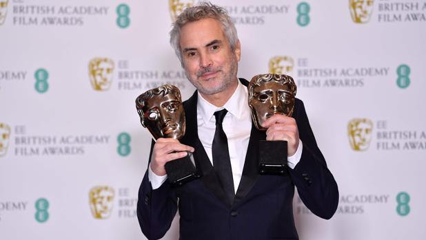 El director Alfonso Cuarón con sus dos premios Bafta de la noche