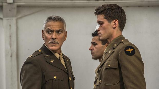 George Clooney, con Christopher Abbott y Pico Alexander en una escena de «Catch-22»