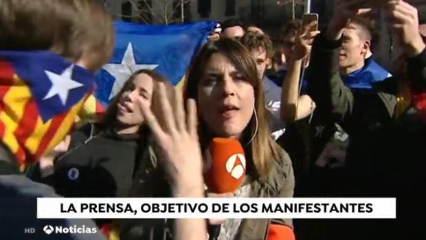 Uno de los momentos de tensión vividos por la reportera en Cataluña