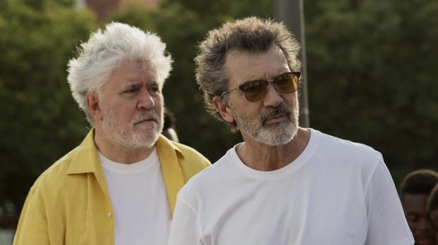 Pedro Almodóvar y Antonio Banderas, en un descanso del rodaje de «Dolor y gloria»