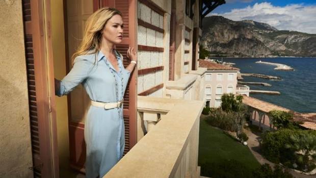 Julia Stiles (Georgina Clios en «Riviera»), en una secuencia de la serie