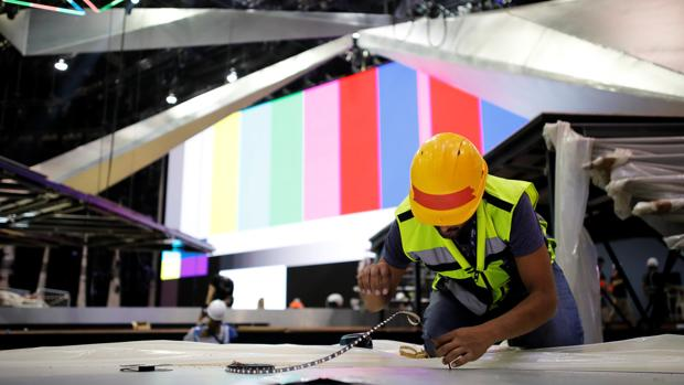 Los obreros trabajan en la construcción del escenario en Tel Aviv