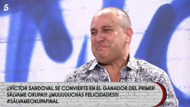 Víctor Sandoval llora tras recibir el premio