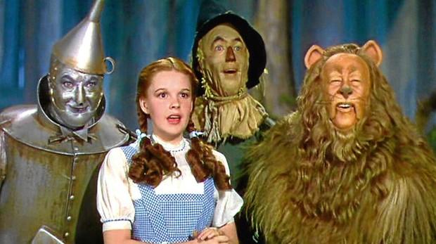 Maquillaje tóxico, enanos acosadores y un león que apestaba: la dura travesía de Dorothy hasta Oz