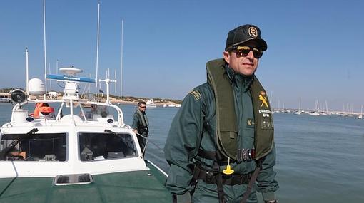 Un agente del Servicio Marítimo en la patrullera