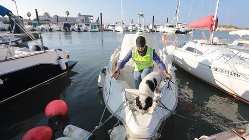 'Boby', un perro policía, salta desde un barco al pantalán tras hacer un registro antidroga.