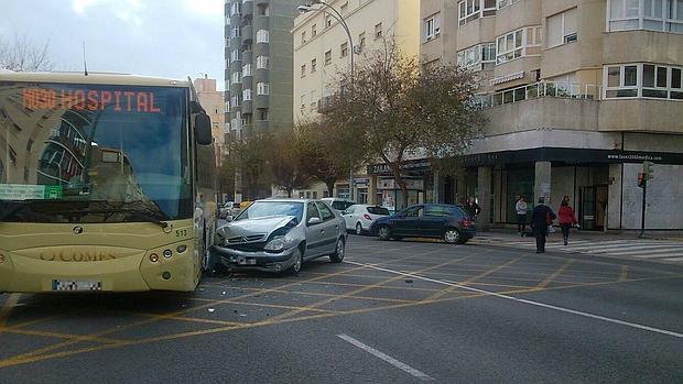 Un autob s y un turismo colisionan en la avenida de c diz - Autobus madrid puerto de santa maria ...