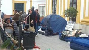 Desalojan a los vecinos encerrados que pedían la dimisión del alcalde socialista de Guillena