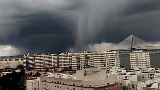 Los tornados vuelven a pasar por c diz - Tornados en espana ...