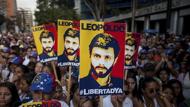 Carteles con la imagen del líder opositor Leopoldo López