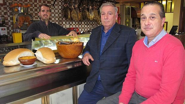 Raúl Galán, tras el mostrador, y los dos propietarios Juan Galán y Juan Cárdenas