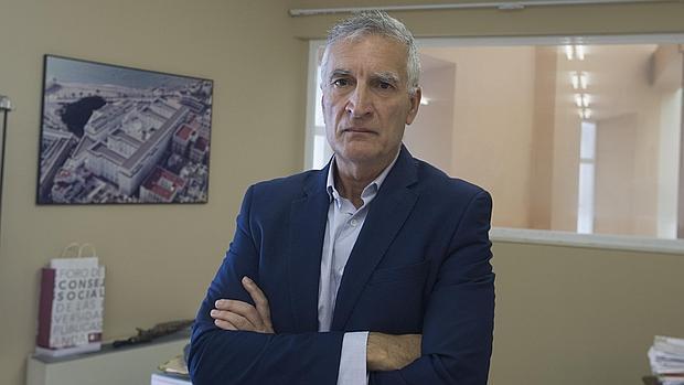 El decano Manuel Larrán en el despacho del Mora