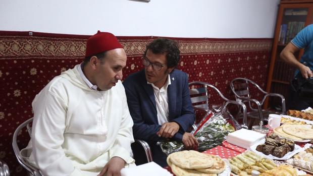 El alcalde, rodeado de miembros de la comunidad musulmana de Cádiz.