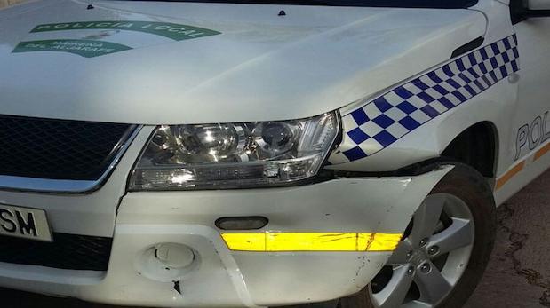Roba un vehículo con su conductora dentro y choca con el coche patrulla