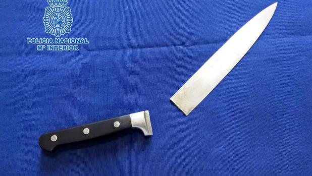 Intenta agredir con un cuchillo a varios policías cuando iban a detenerla por orden judicial