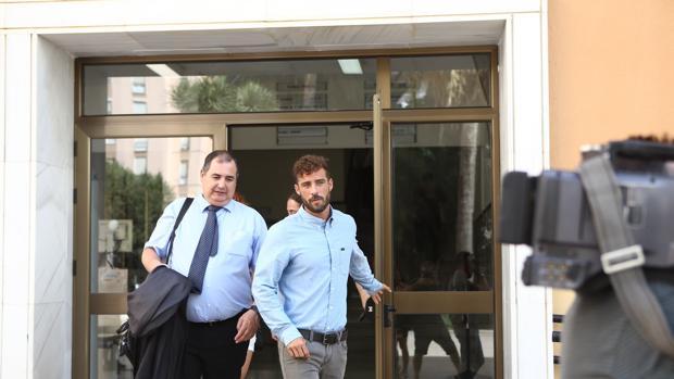 Uno de los denunciados, Aléxis González, saliendo del Juzgado.