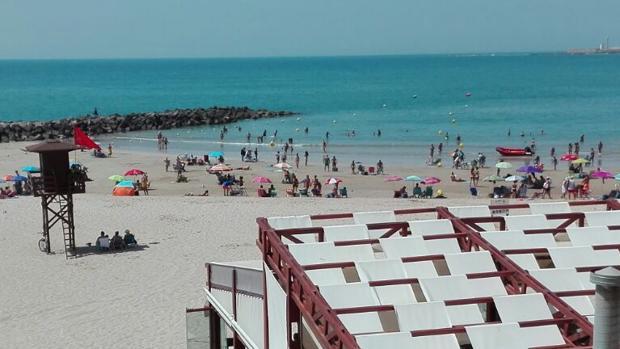 Bandera roja en la playa de Santa María