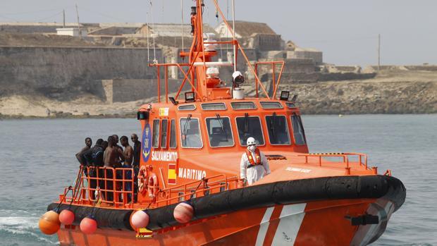 Rescatados 18 inmigrantes, siete de ellos menores, en dos embarcaciones en el Estrecho