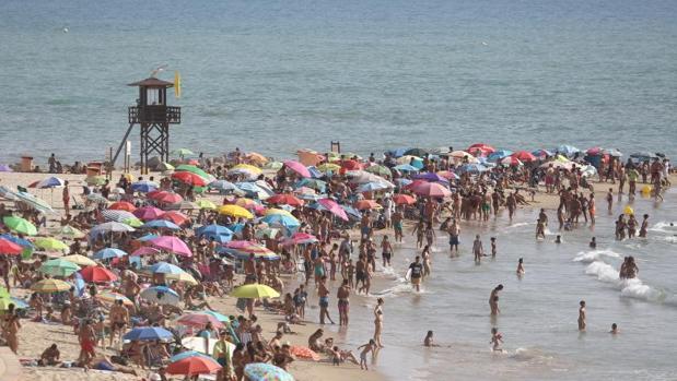 Las playas de Cádiz van recuperando la normalidad tras el fuerte oleaje