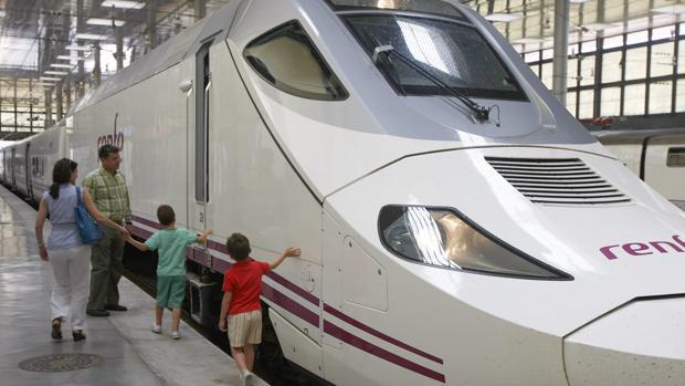 Uno de los trenes que cubre el servicio, en la estación de la ciudad de Cádiz.