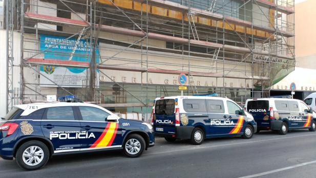 Varios coches de policía frente a la sede es la Tesoría esta mañana en Cádiz