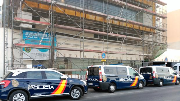 Varios coches de policía frente a la sede de la Tesorería este martes en Cádiz