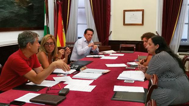 El PP ha abandonado la reunión por la negativa del Gobierno local a defender judicialmente a concejales amenazados.
