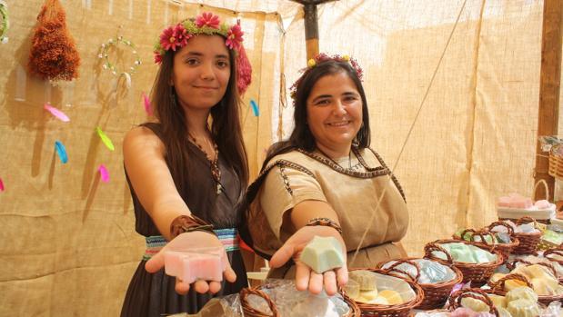 Madre e hija muestran sus jabones naturales en la Feria Medieval de Alanís