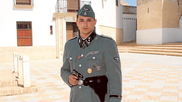 Joaquin Ortega, caracterizado de teniente de la SS