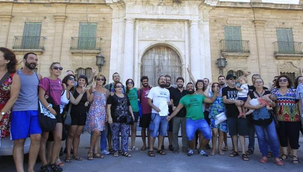 Miembros del colectivo, este sábado en la puerta de Valcárcel