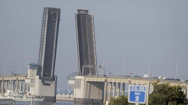 El puente Carranza se abrirá para la entrada del buque Medas en la Carraca