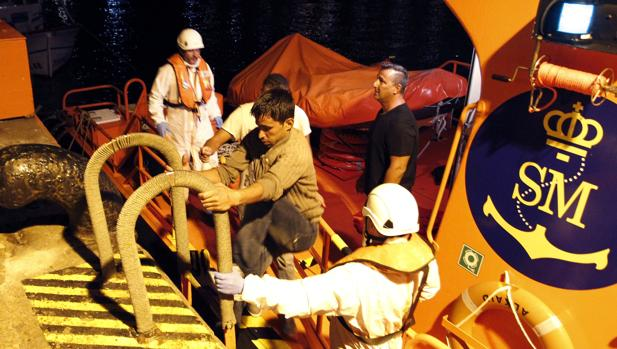 Salvamento Marítimo rescata esta madrugada a tres magrebís