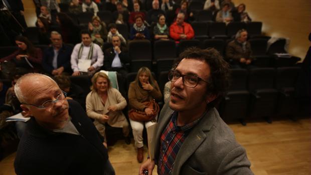 El alcalde de la ciudad, junto a su Jefe de Gabinete, en una reunión con vecinos de Loreto.