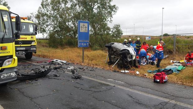 Aparatoso rescate de un conductor atrapado en su coche tras sufrir un accidente en Chiclana