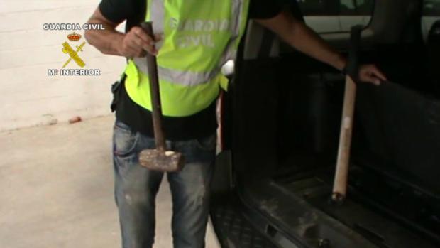 Unas mazas intervenidas durante la operación contra los secuestradores de narcos.
