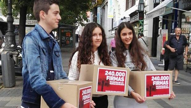 Un alumno isleño entrega a Méndez de Vigo más de 240.000 firmas contra las 'reválidas' de la Lomce