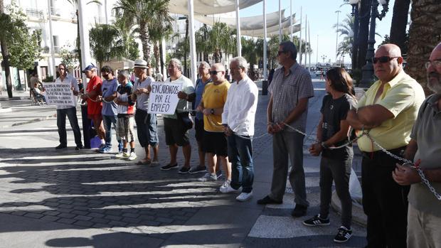 Un grupo de parados se encadena por el empleo ante el Ayuntamiento de Cádiz
