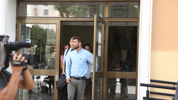 Alexis González, presunto autor de las amenazas, a la salida de los Juzgados tras declarar ante la jueza.
