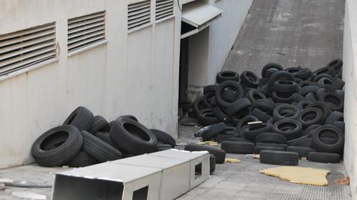 Neumáticos usados tirados en el aparcamiento subterráneo de las instalaciones