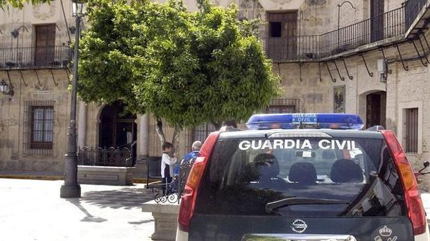 Un vehículo de la Guardia Civil ante la puerta del Ayuntamiento de Lora