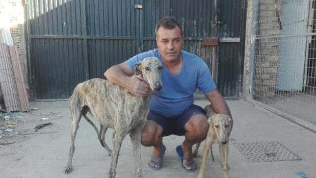 Juan Arriaza, de Los Palacios, al que acaban de robar diez galgos de un búnker
