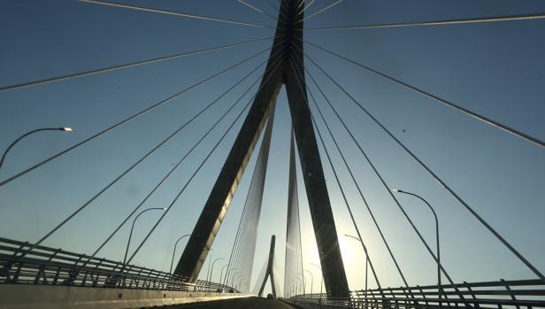 Fomento ha colocado los focos led en los tirantes del puente la para la iluminación definitiva
