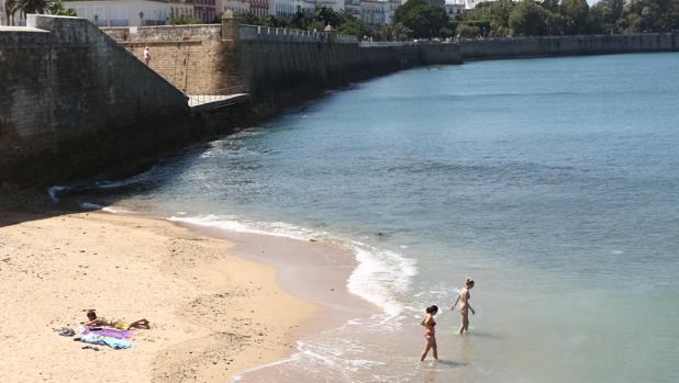 Los ecologistas aseguran que la playa de La Punta San Felipe «es un regalo envenenado»