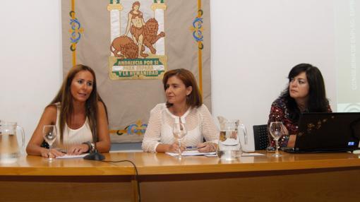 La directora general de Comercio de la Junta, Silvia Oñate, y la delegada territorial de Economía, Innovación, Ciencia y Empleo en Cádiz, Gema Pérez