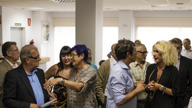 La asociación de pensionistas y jubilados de Loreto expuso sus quejas al alcalde en el acto de inauguración del nuevo centro.