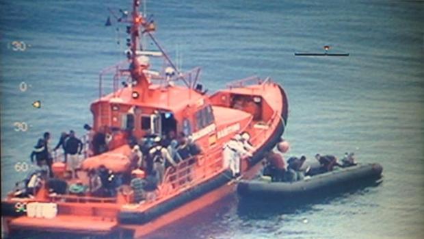 Momento en el que los 39 ocupantes de la patera embarcan en la Salvamar GADIR.