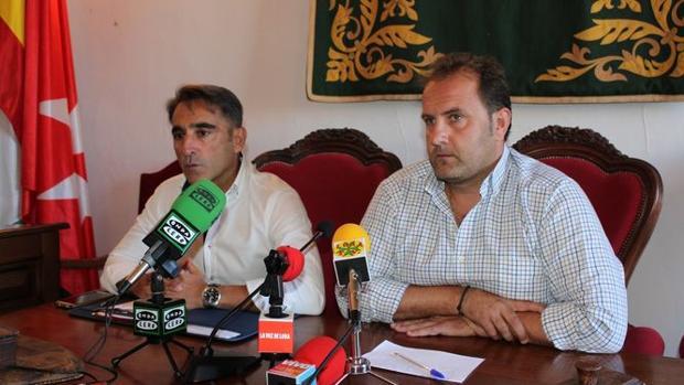 El concejal de Seguridad Ciudadana y el portavoz de la Policía Local de Lora en la rueda de prensa ofrecida