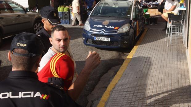 El arrestado entra esta mañana en el juzgado de guardia en Cádiz
