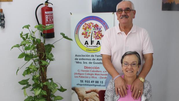Juan Labrador, con su mujer, Guadalupe, en el local de la asociación