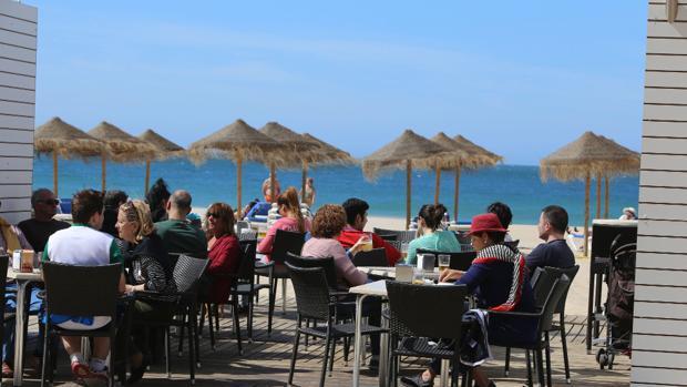 Playas inicia los trámites para la permanencia de los chiringuitos